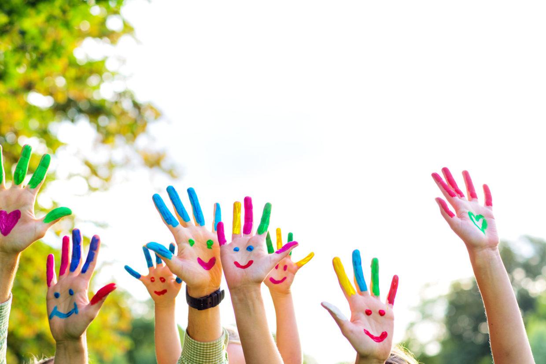 Enfance mains colorées